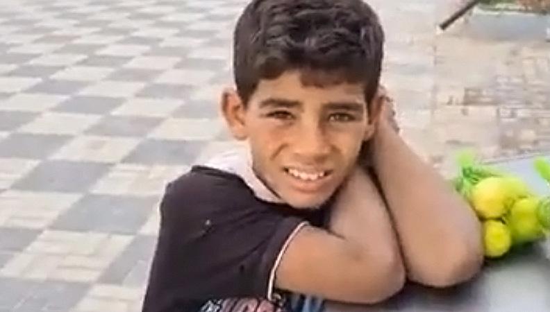 حكاية بائع الليمون الصغير الذي خطف قلوب المصريين